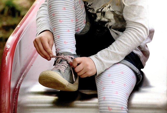 靴紐を結ぶ女の子